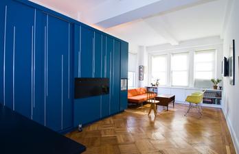 Светлая комната с большим шкафом