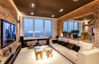 Гостиная с большим диваном и телевизором