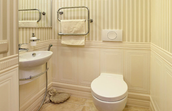 Бежевый туалет с рукамойником