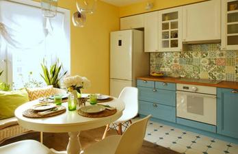 Кухня в тёплых тонах с окном