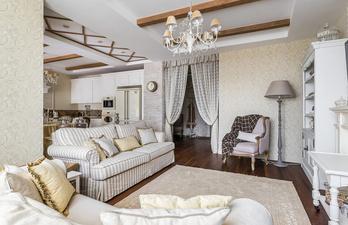 Гостиная со шкафом и мягким диваном