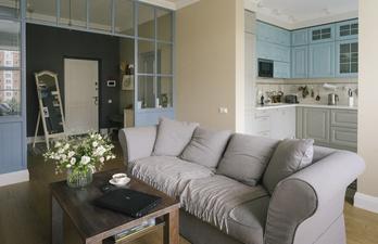 Гостиная с мягким диваном в тёплых цветах