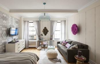 Комната с мягким диваном и телевизором