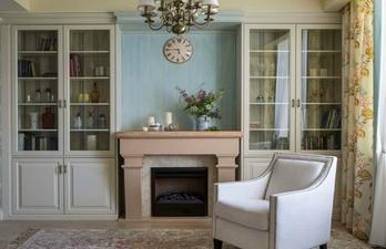 Уютная комната с камином и креслом