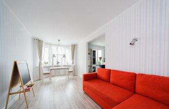 гостиная-с-большим-окном-и-красным-диваном-буквой-г