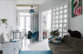 Белая гостиная совмещённая с кухней