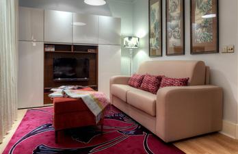Светлая гостиная с мягким диваном