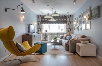 Светлая гостиная с диваном и удобным креслом