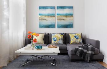 Светлая гостиная с небольшим диваном