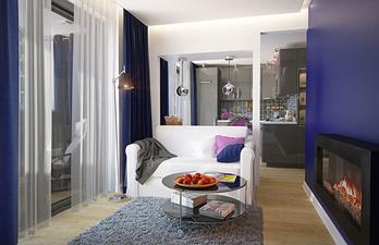Гостиная в синем цвете с белым диваном