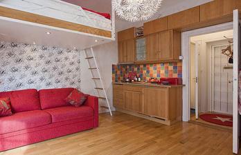Светлая комната с ярким диваном