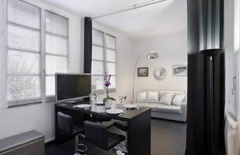 Светлая комната с диваном за шторками