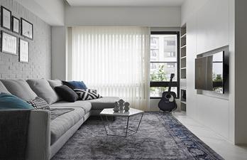 Светло-серая комната с большим окном
