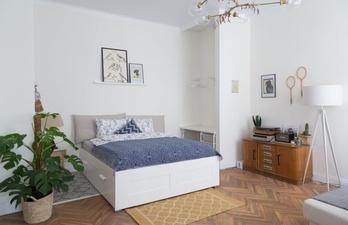 Белая спальня с большой кроватью
