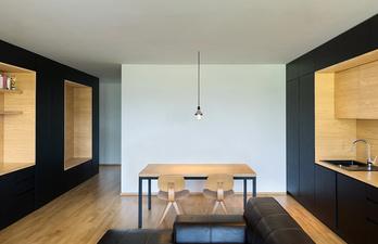 Светлая комната с кухней и обеденным столом