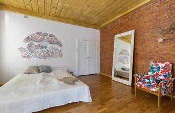 Светлая комната с кирпрчной стеной