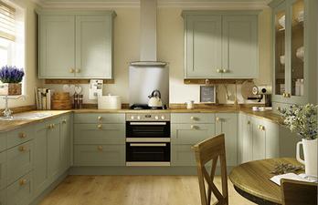Светлая кухня в оливковом цвете