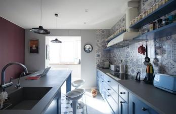 Светлая кухня с обеденной зоной