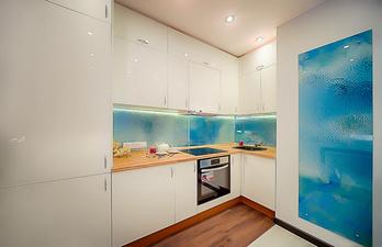 Светлая кухня с ламинатом на полу