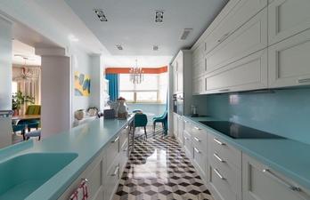 Светлая кухня с голубой столешницей