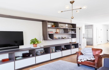Светлая гостиная с большим телевизором