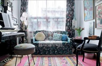 Гостиная в светлых тонах с пёстрым диваном