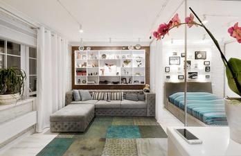 Комната в светлых тонах с мягким диваном