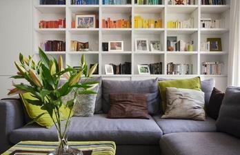 Гостиная в белом цвете с книжным стеллажом