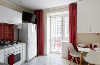 Кухня в светлых тонах с балкном