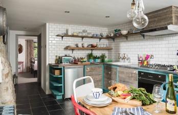 Уютная кухня в светлых тонах