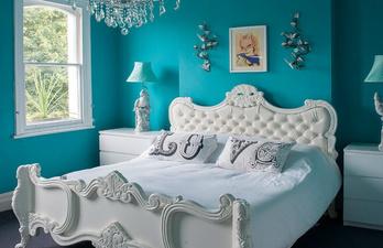 Тёмно-бирюзовая спальня с большой кроватью