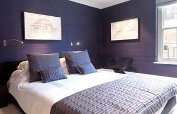 Спальня в тёмно-фиолетовых тонах