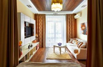 Гостиная в светлых тонах с балконом