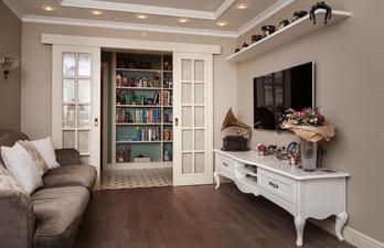 Светлая гостиная с телевизором и диваном
