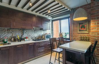 Кухня в коричневом цвете с обеденной зоной