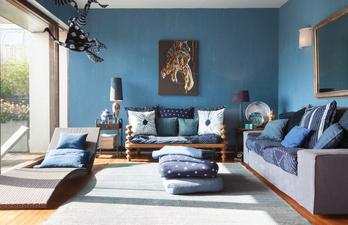 Светло-синяя гостиная с мягким диваном