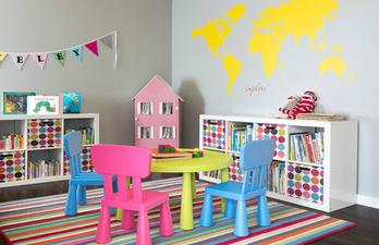 Светлая детская с комодами и игровым столиком