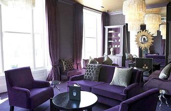 Тёмно-фиолетовая гостиная с мягкими диванамии