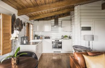 Квартира в светлых тонах с небольшой кухней