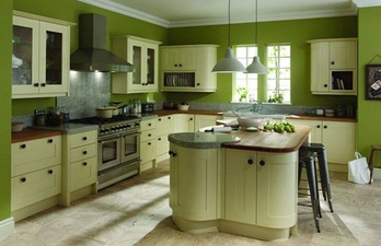 Кухня в тёмно-зелёном цвете с окном