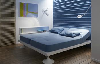 Светлая спальня с рельефной стеной