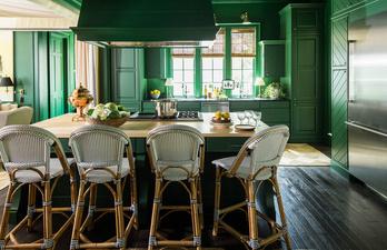 Зелёная кухня с островом