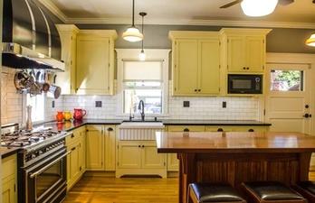 Кухня в светло-жёлтых тонах