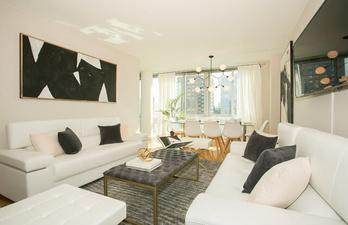 Светлая гостиная со столовой зоной