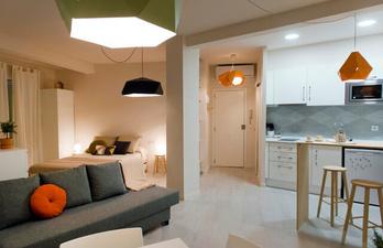 Квартира в светлых тонах с мягким диваном