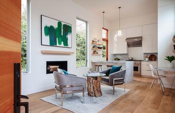 Комната с белыми стенами и мягкими креслами