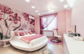 Светло-розовая спальня с большим окном