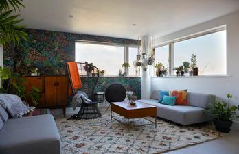Студия в светлых тонах с мягкими диванами