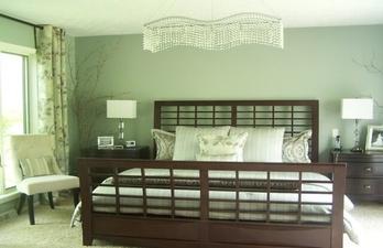 Спальня в светлых тонах с зелёными стенами