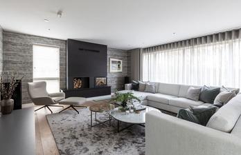 Светлая гостиная с большим угловым диваном